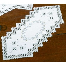 Hardanger table runnergarland