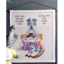 Geboortetegel biddend kindje met beertje in wieg en hobbelpaard