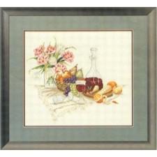 Stilleven van wijn en bloemen