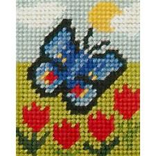 Vlinder tussen tulpen